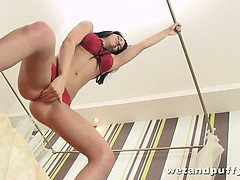 Brunette pumps her wet pussy